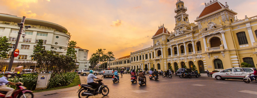 Traffic-in-front-of-Ho-Chi-Minh-City-Hall-at-twilight