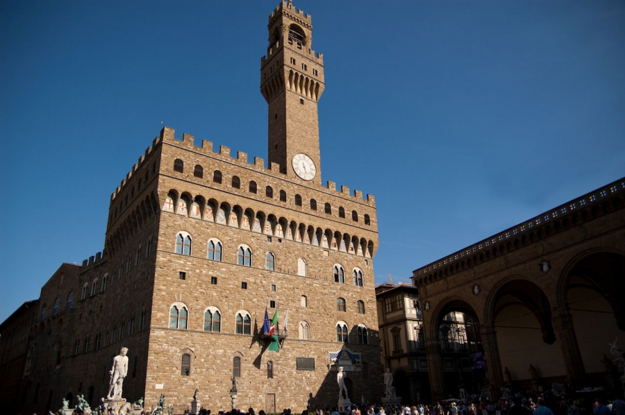 Palazzo-Vecchio-in-Firenze-Firenze-Italy-with-a-beautiful-blue-sky