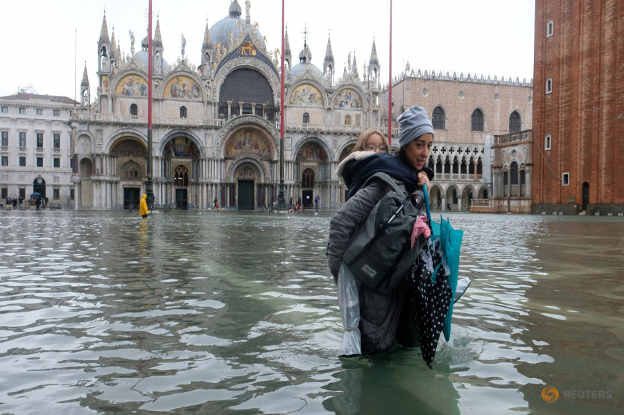 venice-woman-and-child-flooded