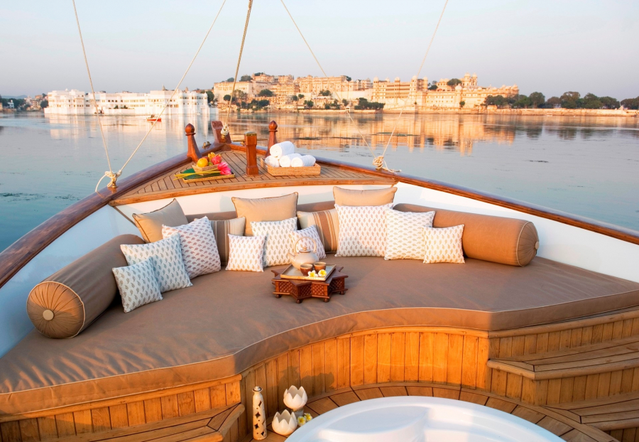 north-india-taj-lake-palace-spa-boat