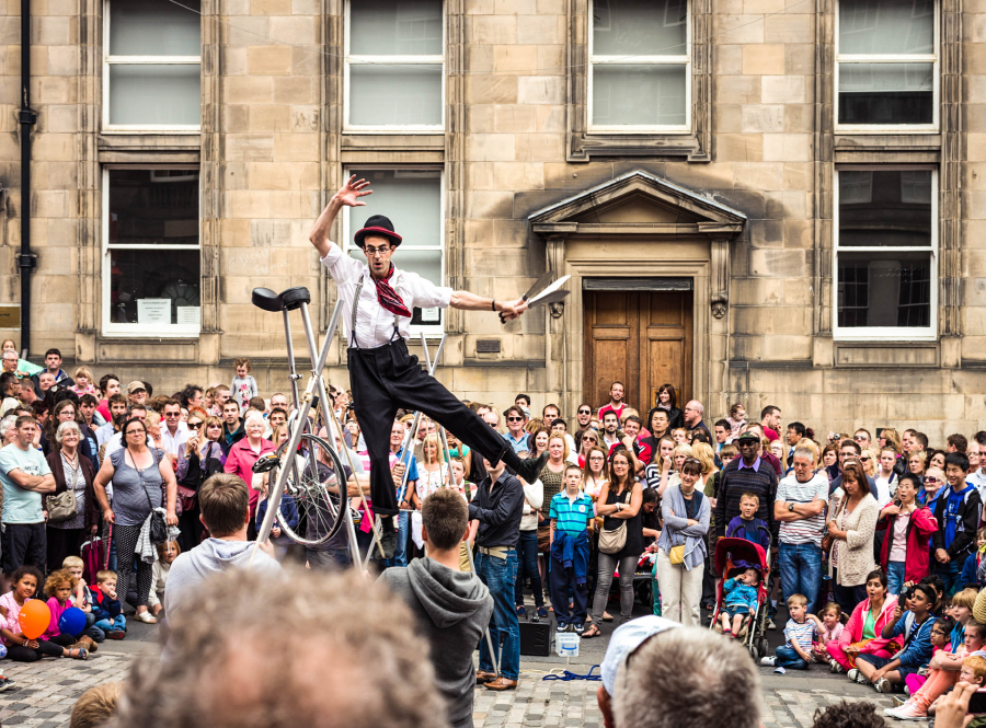 Edinburgh-Fringe-Street-Performer-iStock_000026269456_Large-EDITORIAL-ONLY-George-Clerk-2